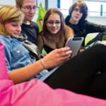 Fyra studenter använder en läsplatta