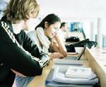 Två studenter sitter och studerar
