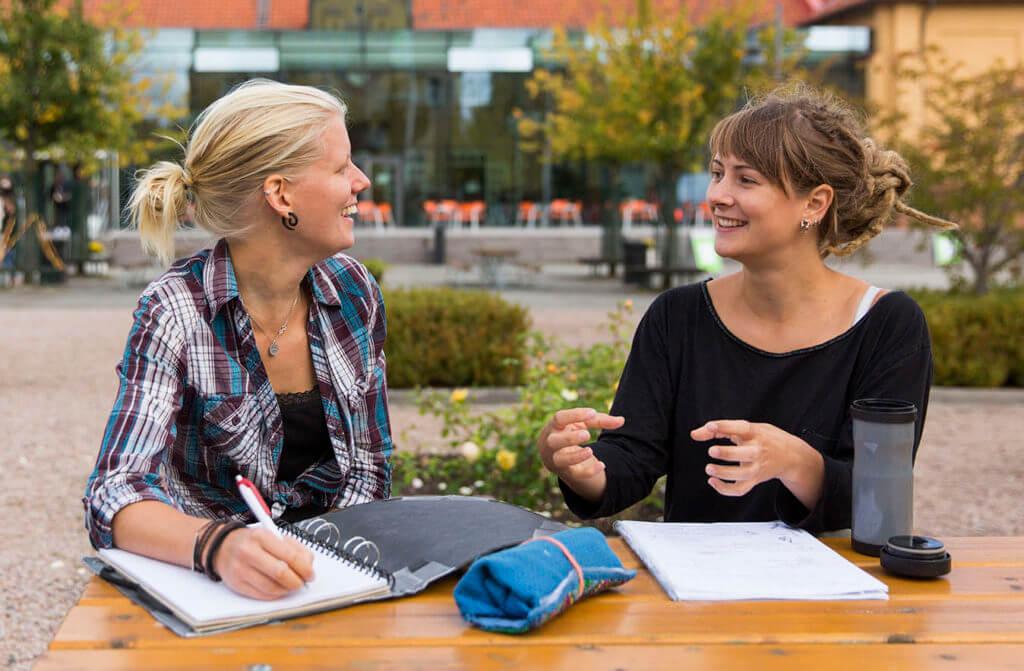 Två studenter samtalar
